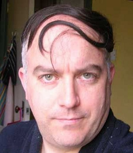 Capelli lunghi con rasatura laterale uomo