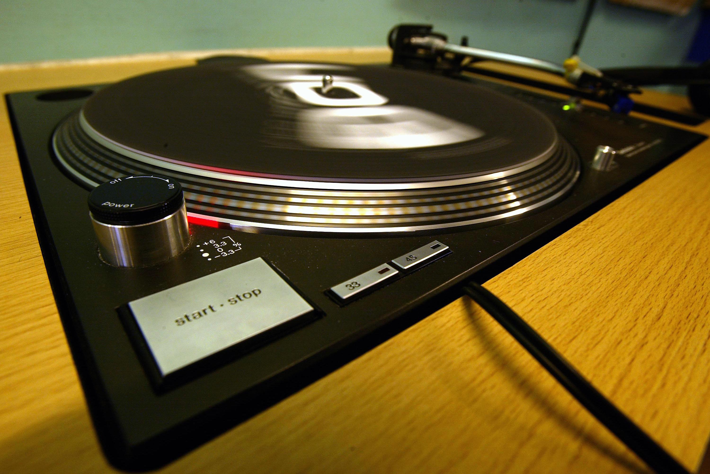 Riciclo creativo come riutilizzare i dischi in vinile - Porta dischi vinile ...