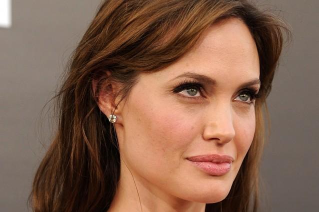 Angelina Jolie sta davvero esagerando con la dieta. La diva hollywoodiana più bella al mondo ha adottato un regime alimentare che prevede il consumo di sole 600 calorie al giorno