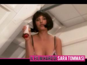 """E' uscito """"La mia prima volta"""" di Sara Tommasi, lo abbiamo visto qualora la curiosità freghi anche voi, per sconsigliarvi vivamente la visione: neanche il porno fa per lei ed ha bisogno seriamente di aiuto."""