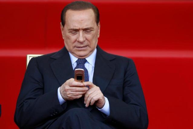 Gli sms satirici degli amici di Silvio Berlusconi, prima e dopo la sentenza