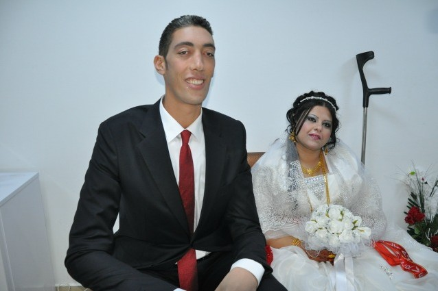 Matrimonio Con Uomo Più Grande : L uomo più alto del mondo sposa la fidanzata di cm