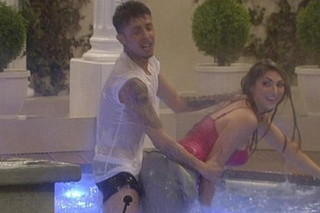 Al Gf inglese fingono di fare sesso in piscina poi fanno la doccia nudi (VIDEO)