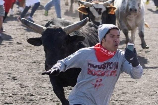 Inseguito da un toro, ecco il selfie più estremo di sempre (VIDEO)