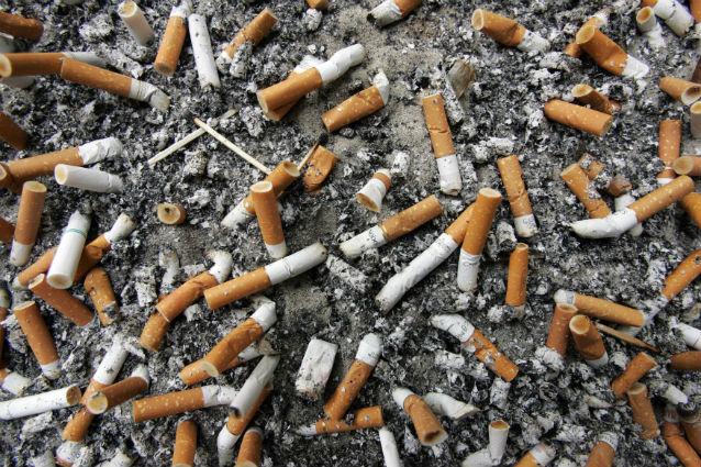"""A Milano ogni giorno 2,5 milioni di cicche di sigarette a terra: """"Sono cancerogene"""""""
