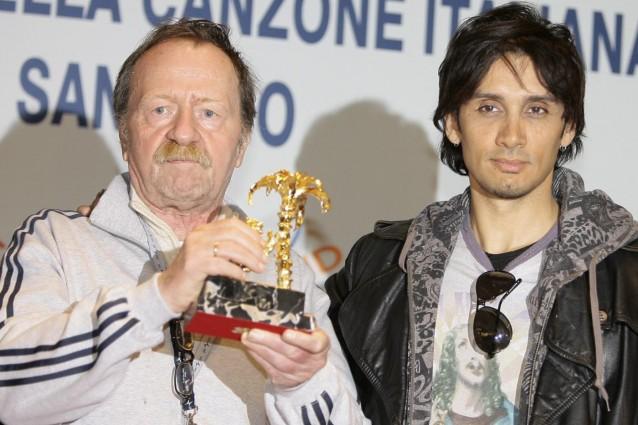"""Giancarlo Bigazzi è morto all'età di 72 anni, è stato tra i maggiori autori della musica leggera italiana. Da """"Lisa dagli occhi blu"""" a """"Rose Rosse"""", da """"Montagne Verdi"""" a """"Si può dare di Più"""". E dal 1972 creò con Cerruti, Pace, Savio e Garimboldi, quel carrozzone irriverente contro la loro stessa industria discografica che fu gli Squallor."""
