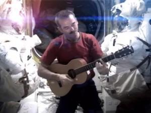 """Canta """"Space Oddity"""" dalla stazione spaziale in assenza di gravità (VIDEO)"""