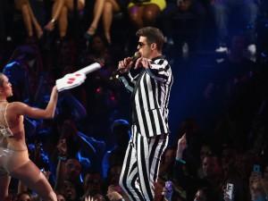 """Miley Cyrus criticata anche dall'inventore della mano gigante: """"Un uso degradante"""""""