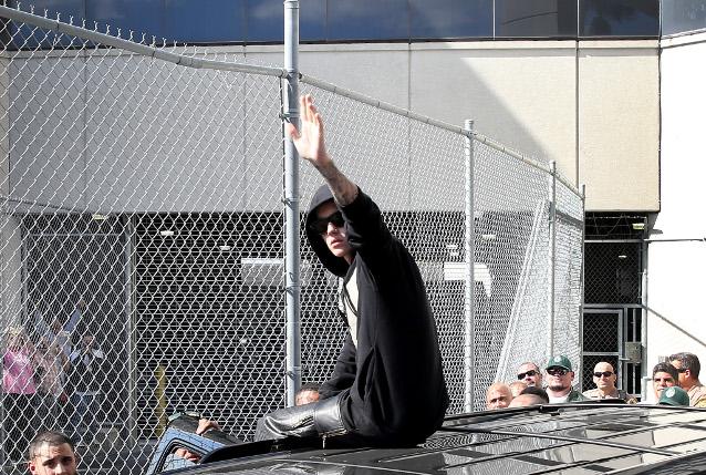 Aereo Privato Justin Bieber : Justin bieber e il padre fumano erba molestano l