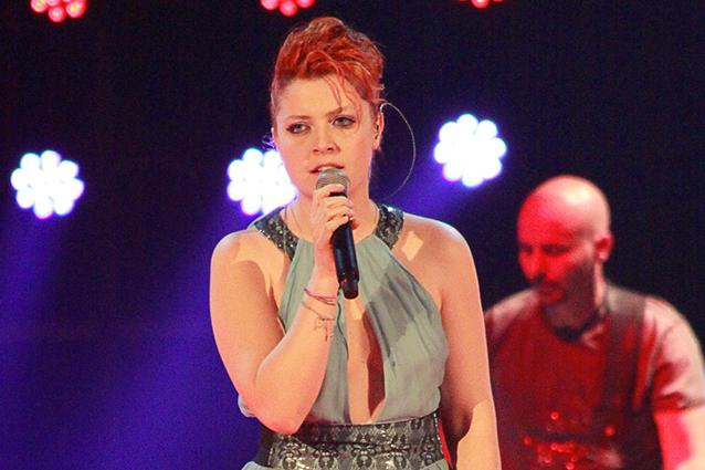 Noemi canta Bagnati dal sole (VIDEO)