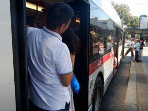 Tiburtina, molesta i passeggeri di un autobus e poi aggredisce i poliziotti: arrestato 27enne