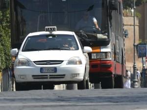 Marconi, scontro tra taxi e due volanti della polizia: quattro feriti