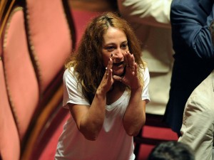 """Paola Taverna difende la Raggi: """"Che palle! Le hanno contato anche i capelli bianchi"""""""