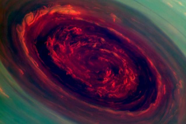 L'uragano sul polo nord di Saturno fotografato dalla Nasa