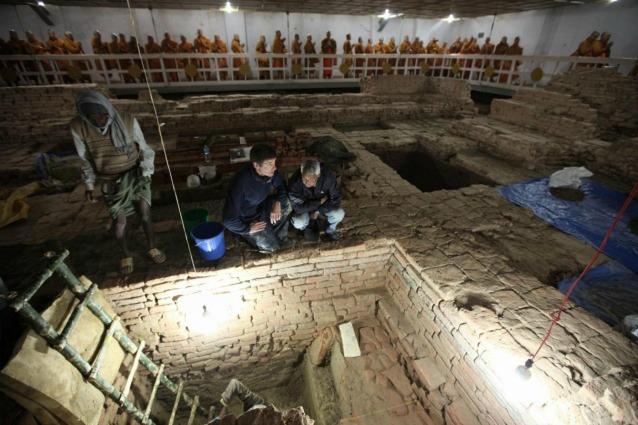 Gli archeologi Robin Coningham e Kosh Prasad Acharya al lavoro negli scavi del tempio di Maya Devi