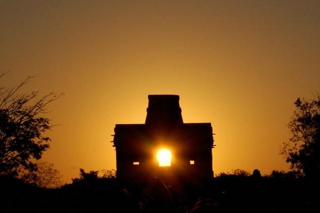 Dzibilchaltún, sito archeologico Maya nello Yucatan. I raggi solari entrano da una finestra del tempio delle sette bambole ed escono da quella di fronte: tale fenomeno si verifica soltanto all'equinozio di primavera.