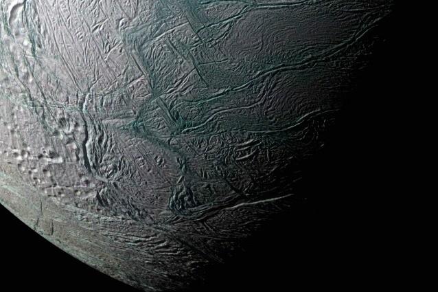 La superficie di Encelado, una delle Lune di Saturno, fotografata da Cassini