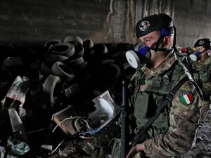 L'esercito presidia una discarica a Giugliano, Napoli. (Foto Lapresse).