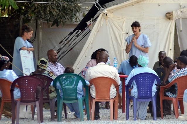 Personale sanitario a colloquio con i parenti di persone infettate dal virus, presso il Donka Hospital di Conakry