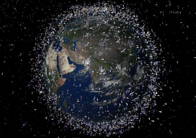 Lì fuori c'è qualche Pianeta circondato da detriti spaziali, come appare il nostro in questa immagine dell'ESA?