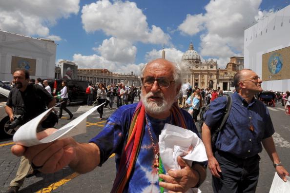 Italian priest Alex Zanotelli didtribute