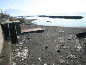immondizia sul mare di Napoli