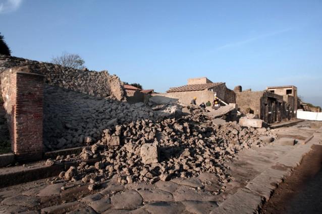 Segnalato un nuovo crollo lungo la via Consolare, laddove, pochi giorni fa, erano venuti giù due muri di età moderna.