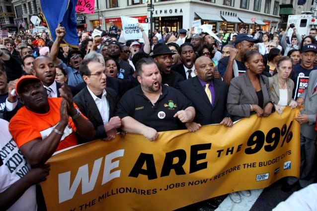 Un 99% che si oppone ad un intero sistema e propone un'alternativa pacifica in cui all'avidità di quell'1% venga posto un freno: è uno degli slogan di occupy wall street