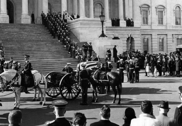 Il 22 novembre del 1963 il Presidente americano John Fitzgerald Kennedy veniva assassinato, lasciando sgomenta una nazione ed il mondo intero. Le speranze che quell'uomo giovane e democratico incarnava vennero stroncate da un delitto che ha ancora tantissimi punti oscuri e per il quale molti parlano di complotto.