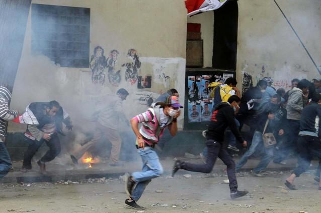 Piazza Tahrir brucia ancora, violenti scontri tra esercito e manifestanti in Egitto