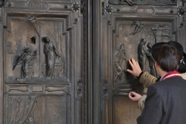 Basilica santa maria maggiore un vandalo danneggia il - Commissariato porta maggiore ...