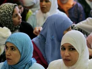 Giovani italiani contro due donne musulmane picchiate a - Perche le donne musulmane portano il velo ...