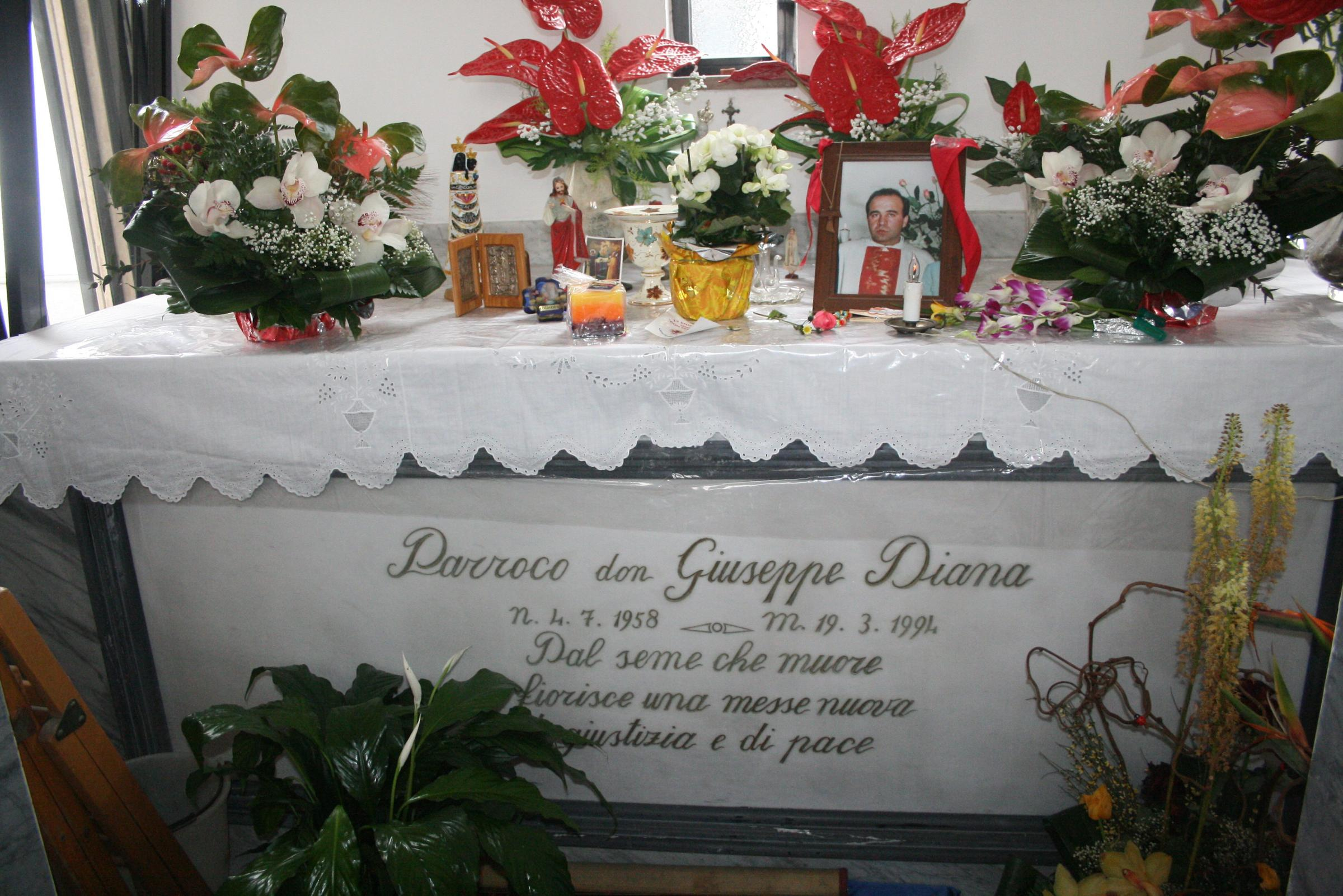 La mano d'oro di don Peppe Diana ritorna sulla sua tomba