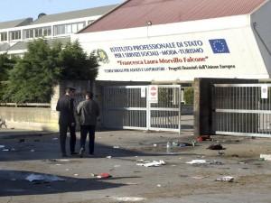 Brindisi, ordigno esplode davanti a scuola