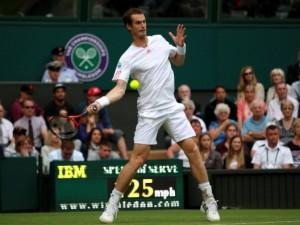 Francesca Schiavone e Roberta Vinci superano il primo turno a Wimbledon. Sospeso l'incontro di Sara Errani, avanti di un set e di un break con Coco Vandeveghe.