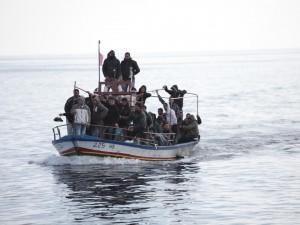 Provavano a raggiungere l'Italia dalla Libia, a bordo di un gommone. È stato un calvario, l'unico superstite della strage ha raccontato cosa è avvenuto. Sono rimasti senz'acqua e sono morti uno dopo l'altro.