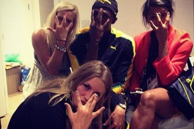Beato tra tre splendide ragazze, le atlete della squadra svedese di pallamano. Dopo la vittoria Bolt stacca la spina prima della gara dei 200, festa sfrenata con Ulrika, Isabelle e Jamina.   continua su: http://www.fanpage.it/?p=147873#ixzz22qrO3nMu  http://www.fanpage.it
