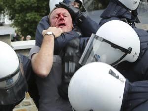 Belgio, proteste contro la scarcerazione della moglie del mostro di Marcinelle.