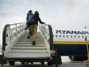 Decine di ubriachi sui voli Ryanair diretti a Ibiza: fingono di stuprare le hostess