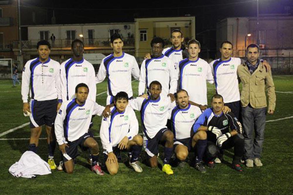 La squadra di calcio multietnica afronapoli - Squadra per piastrellisti ...