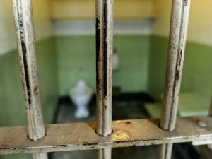 La Corte europea dei diritti umani di Strasburgo condanna il nostro Paese per il problema del sovraffollamento delle carceri: i detenuti costretti in celle troppo piccole, per sette di loro l'Italia deve pagare un ammontare totale di 100mila euro per danni morali.