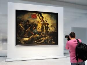 Una giovane donna ha tracciato una scritta con l'evidenziatore sulla parte inferiore del quadro prima di essere fermata da un altro visitatore del museo francese e da un agente. Dal Louvre dicono che i segni dovrebbero essere puliti facilmente.