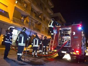 Tenta il suicidio gettandosi dalla finestra, carabinieri e pompieri la salvano coi loro corpi