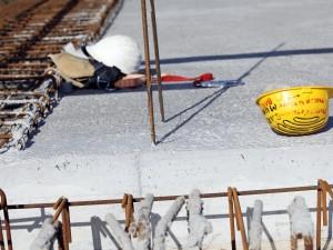 Due operai precipitano da sei metri di altezza a causa del crollo di un solaio: sono gravissimi