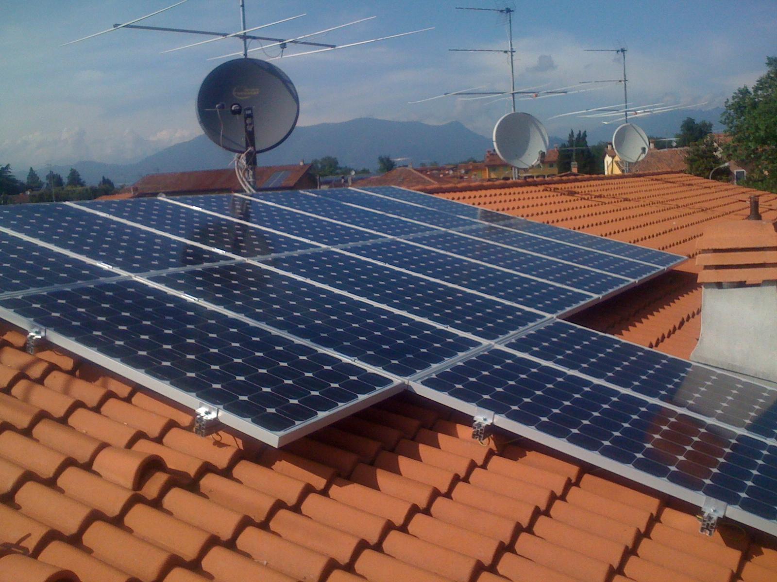 Pannello Solare Termico Tetto : Boss ecologista a napoli la sua casa era abusiva ma