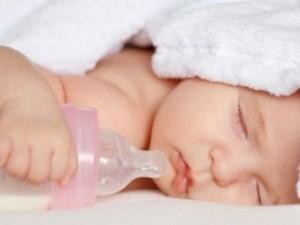 Dramma nel Livornese, bimbo di tre mesi soffoca durante l'allattamento