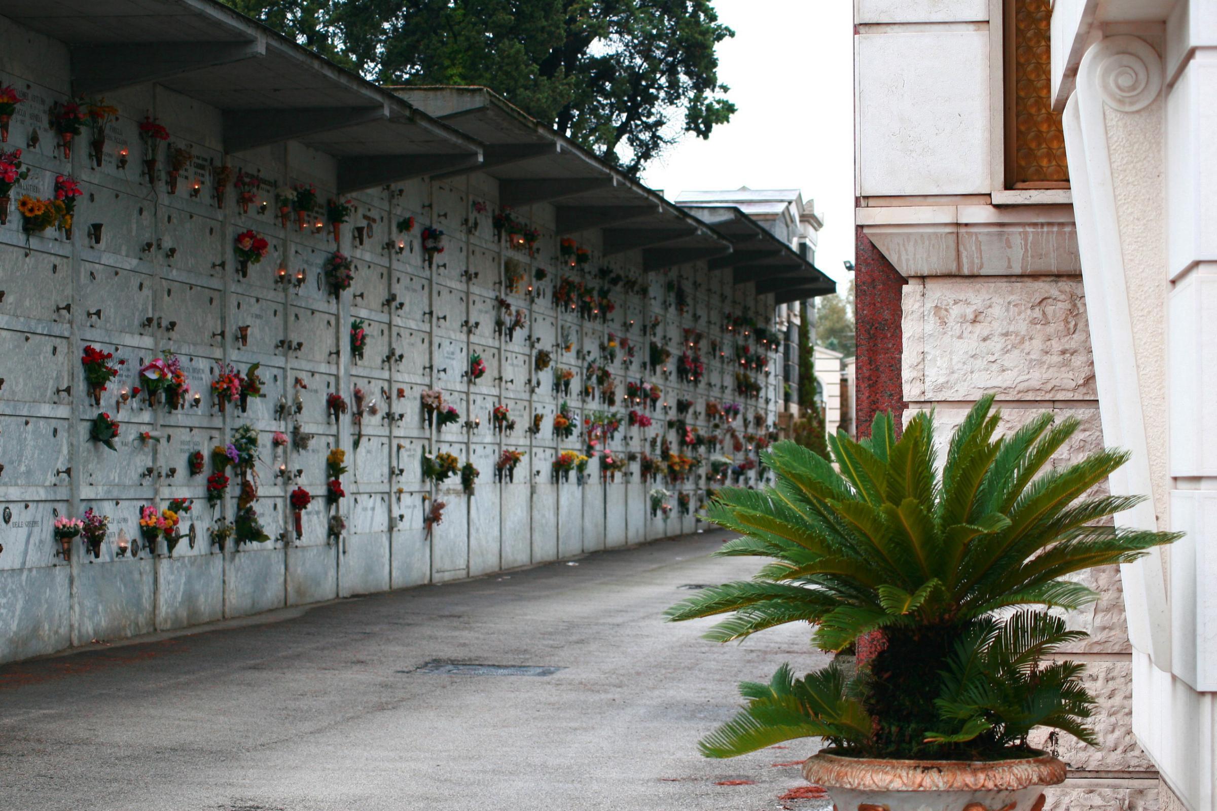 Nel cimitero di maddaloni scoppiano le bare situazione for Arredi cimiteriali