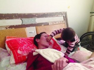 Il figlio di due anni la sveglia dal coma con un bacio.