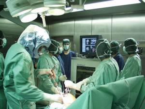 Adolescente operato al torace per rimuovere due barre metall