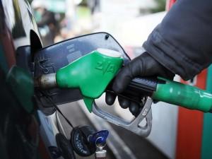 Benzina, maxi aumento per finanziare Cig e social card